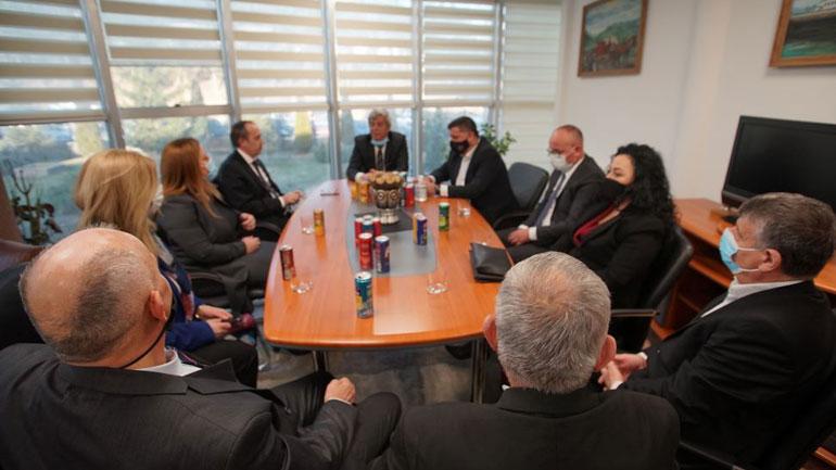 """Haziri e Hoti vizitojnë kompanitë """"Floil"""" dhe """"Calabria"""": Krenohemi me brendet që i kanë dhënë Gjilanit e Kosovës"""