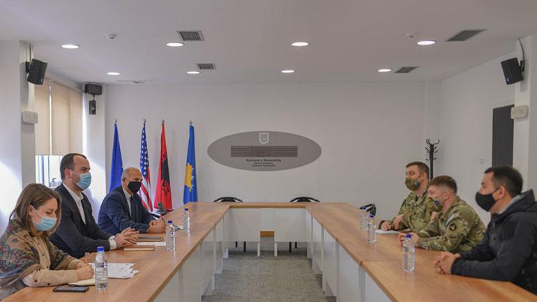 Kryetari i Kamenicës pret në takim pjesëtarët e KFOR-it amerikan