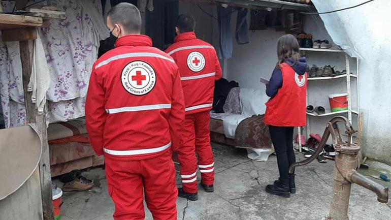 Kryqi i Kuq në Kamenicë ndihmon një familje nga komuniteti rom që pësoi dëme nga vërshimet