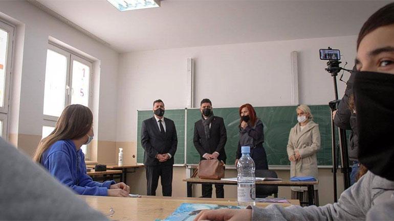 Haziri: Jemi krenarë që po normalizohet mësimi në shkollat e Gjilanit