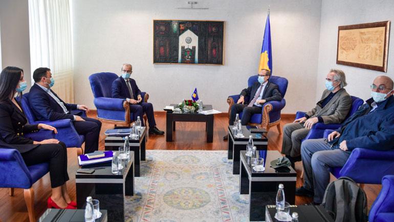 Ministri Likaj informon kryeministrin Hoti për mbarëvajtjen e procesit mësimor