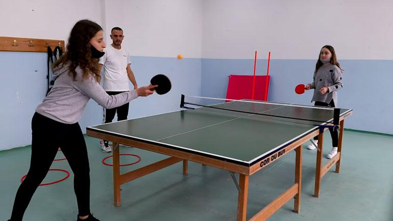 Komuna e Kamenicës shpërndanë pajisje sportive në shkolla