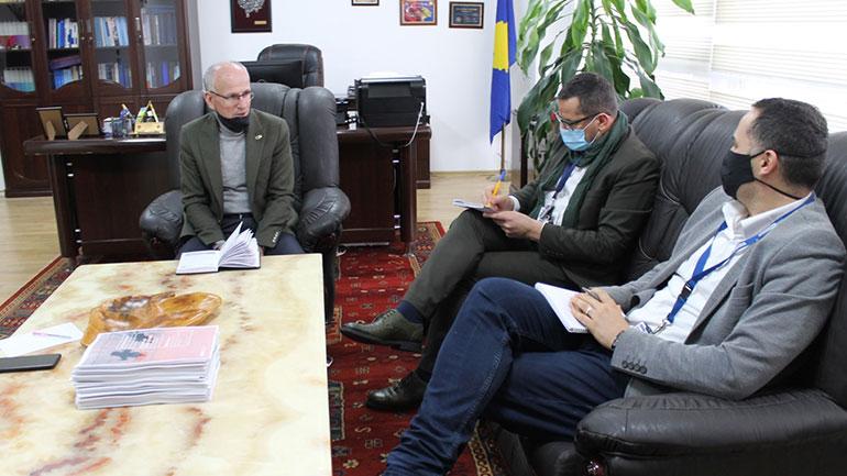 Kryetari i Gjykatës në Gjilan, Ramiz Azizi pret në takim zyrtarët e OSBE-së