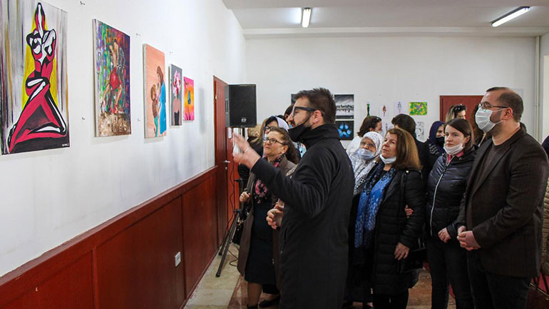 """Në Gjilan hapet ekspozita """"Ne jemi pranvera"""", dedikuar grave të dëshmorëve"""