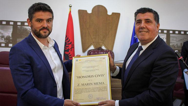 """Kryetari Haziri i dorëzon çmimin """"Qytetar Nderi i Gjilanit"""" gazetarit të njohur shqiptar, Marin Mema"""