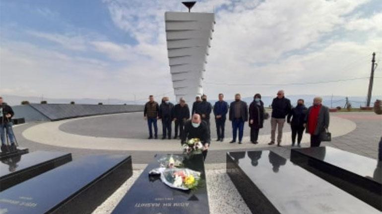 Homazhe te varrezat e dëshmorëve dhe busti i dëshmorit Agim Rashiti