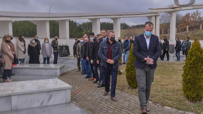 Homazhe tek varrezat e dëshmorëve për nder të Epopesë së Ushtrisë Çlirimtare të Kosovës
