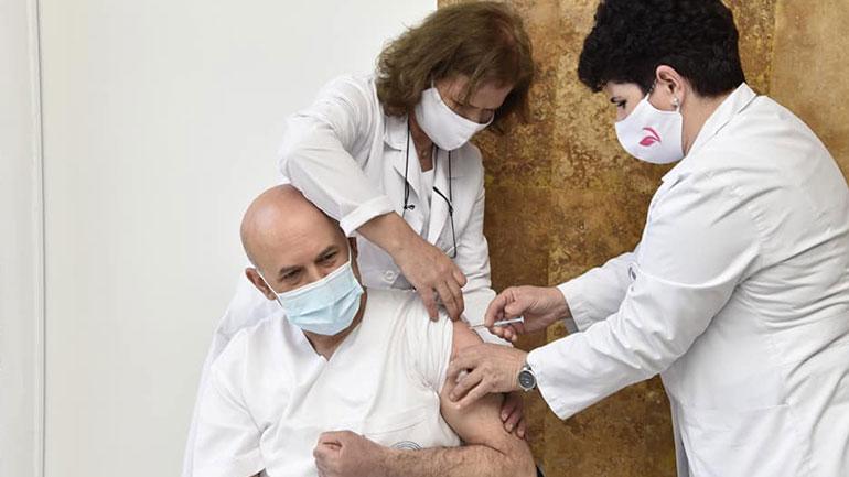 Po vaksinohen punëtorët shëndetësorë