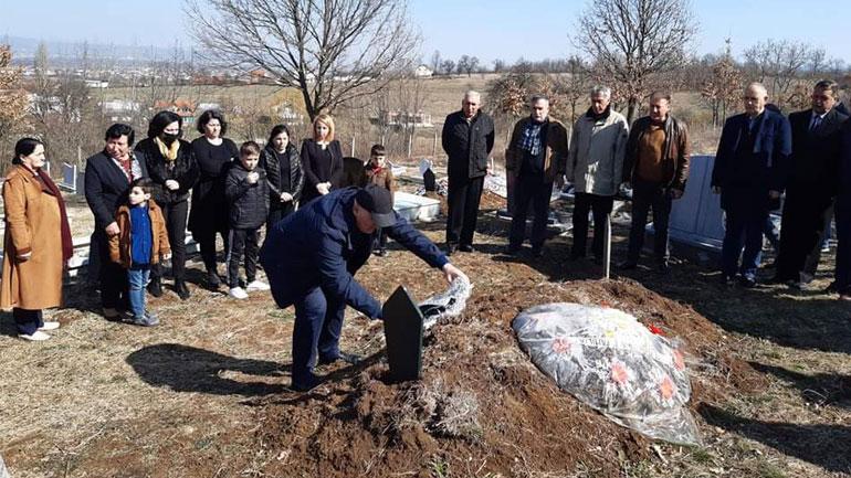 Kryetari i Vitisë me rastin e 7 Marsit, vendos kurora lulesh në varret e disa mësimdhënësve të ndjerë