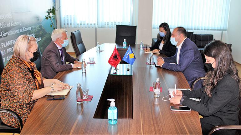 Ministri Liburn Aliu priti në takim ambasadorin e Republikës së Shqipërisë në Kosovë Qemal Minxhozi