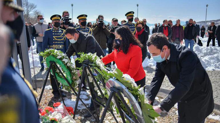 Kryeministri Kurti vuri kurora lulesh dhe bëri homazhe në varrezat e dëshmorëve në Koshare