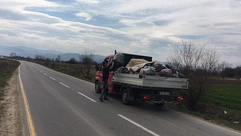 Largohen mbeturinat përgjatë rrugës Viti-Pozheran