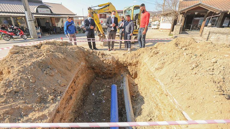 Po punohet në shtrirjen dhe kyçjen e ujësjellësit në fshatin Roganë