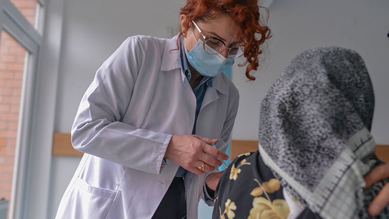 Sot nis vaksinimi kundër COVID-19 për personat mbi moshën 65 vjeçare