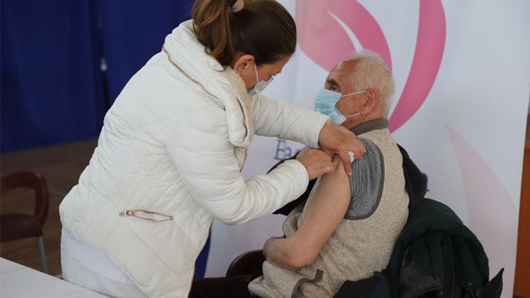 Mbi 4200 nëpunës të institucioneve shëndetësore kanë marrë dozën e parë të vaksinës kundër Covid-19
