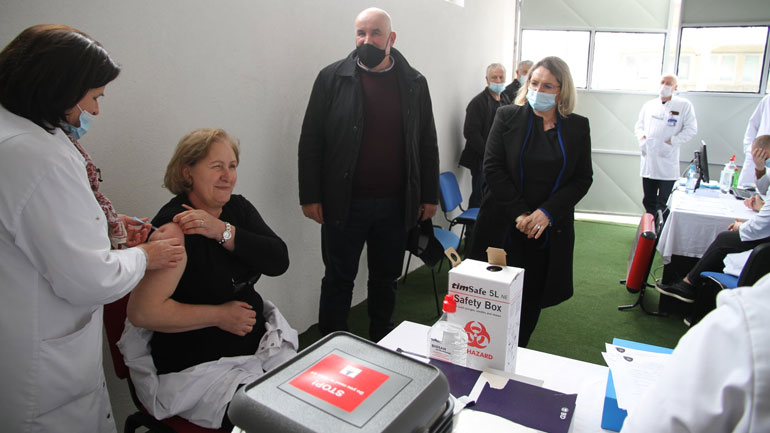 Ka filluar vaksinimi i punëtoreve shëndetësorë në QKMF-në e Vitisë