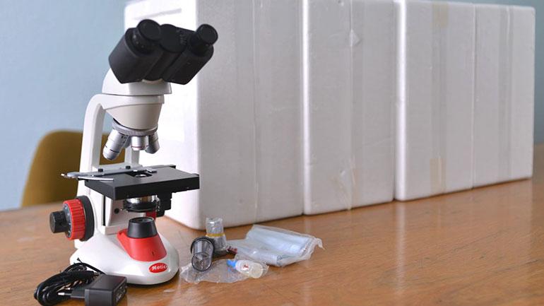Komuna e Kamenicës pranon donacion disa mikroskopë për shkolla