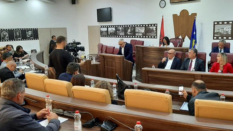 Fehmi Sylejmani i rikthehet Kuvendit të Gjilanit, merr pjesë në seancën e sotme