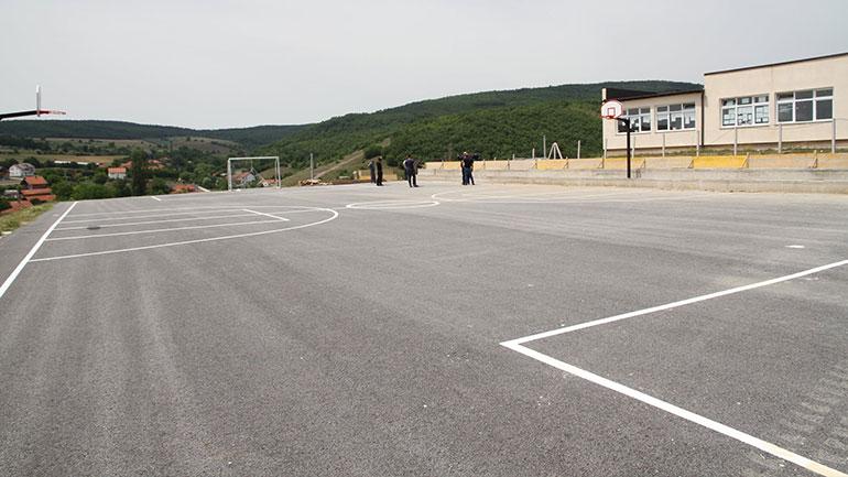 Kryetari i Vitisë vizitoi fshatin Ballancë, aty po kryhen punimet në kompletimin e fushës sportive