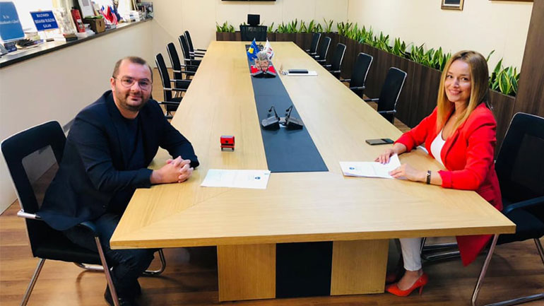 """Gjilani nënshkruan marrëveshje mirëkuptimi me Ministrinë e Ekonomisë për Efiçiencë të Energjisë në shkollën """"Skënderbeu"""" dhe """"Thimi Mitko"""""""