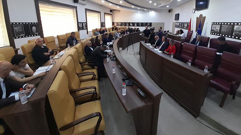 Kuvendarët e Gjilanit votojnë unanimisht dy propozim-vendimet e seancës së jashtëzakonshme