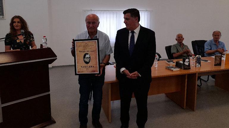 """Kryetari i Gjilanit, Lutfi Haziri ia dorëzon çmimin letrar """"Beqir Musliu' laureatit të sivjetmë, Nasi Lera"""