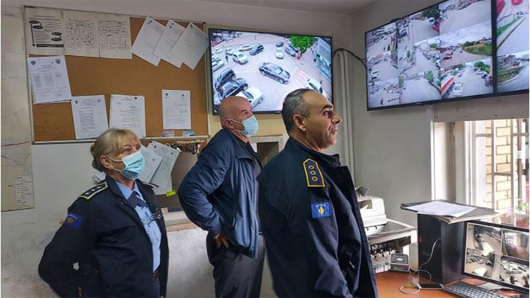 Haliti sheh nga afër procesin e monitorimit të kamerave të vëzhgimit