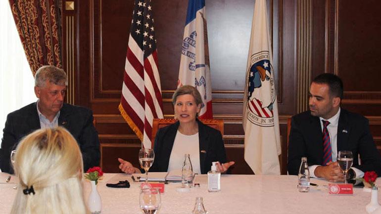 Senatorja Ernst takohet me një delegacion të Odës Ekonomike Amerikane në Kosovë