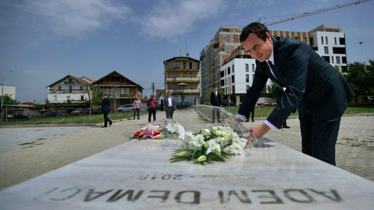 Kryeministri Kurti nderon veprimtarin Adem Demaçi në trevjetorin e vdekjes