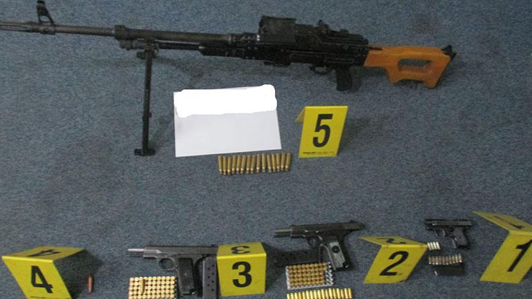 Sekuestrohen armë e municione si dhe shoqërohen në stacionin policor pesë persona