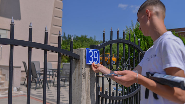 Kamenicë: Është duke vazhduar vendosja e numrave në çdo shtëpi