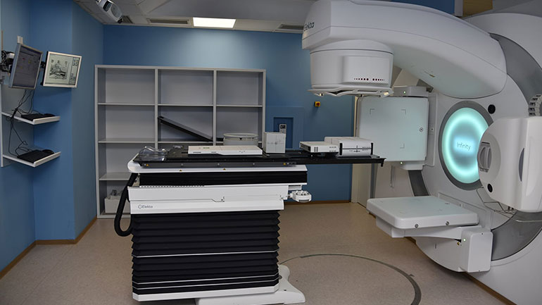 ShSKUK: Në Klinikën e Onkologjisë fillon puna me aparatin e ri për radioterapi