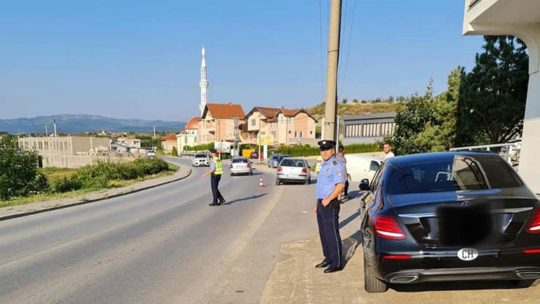Policia në Kamenicë me fushatë vetëdijesimi, bisedon për sigurinë dhe iu shpërndan fletëpalosje qytetarëve