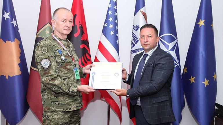 """Ministri Mehaj dekoroi me medaljen """"Shërbim i shquar"""" këshilltarin ushtarak kroat, kolonel Rajko Peric"""