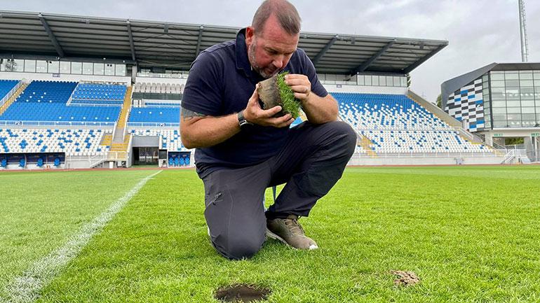 """FFK: Eksperti britanik inspektoi fushën e stadiumit """"Fadil Vokrri"""", sugjeron riparimin e saj (VIDEO)"""