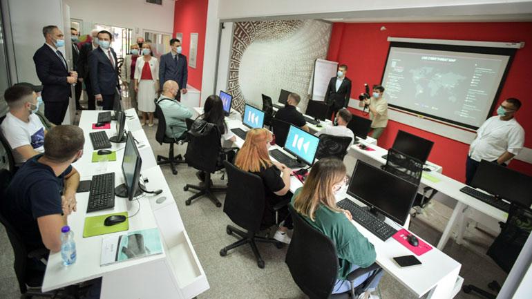 Kryeministri Kurti viziton Qendrën e Inovacionit të Kosovës (ICK), thotë se digjitalizimi është objektiv i Qeverisë