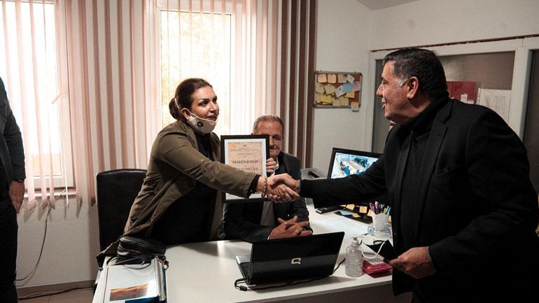 Kryetari i Gjilanit, Lutfi Haziri nderon me mirënjohje drejtoreshën e kursit të gjermanishtes, Ibadete Abazi