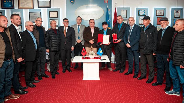 """Presidenti Ilir Meta dekoron mësuesin dhe kryengritësin nga Gjilani, Mustafë Koka, me titullin """"Kalorës i urdhrit të flamurit"""""""